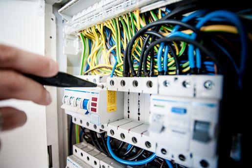 elektryk w pracy